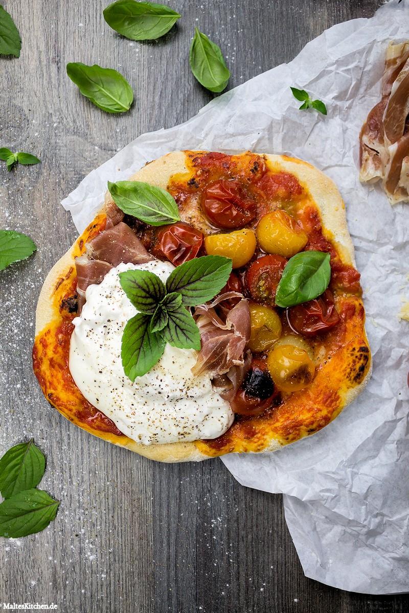 Pizza mit Burrata, Kirschtomaten & Parmaschinken
