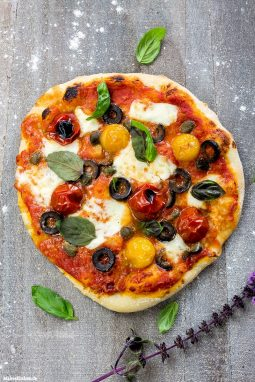 Sehr leckere Pizza mit Oliven, Kapern & Kirschtomaten