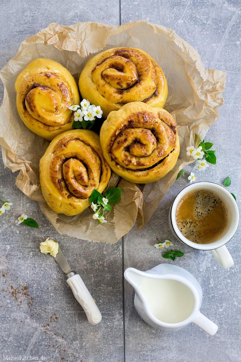 Zimtschnecken mit fluffigem teig, gesüßt mit Datteln und Süßkartoffeln.