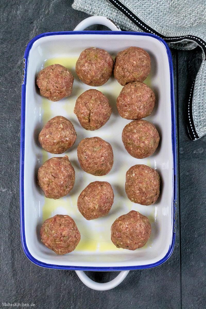 Die Hackbällchen werden im Ofen gegart