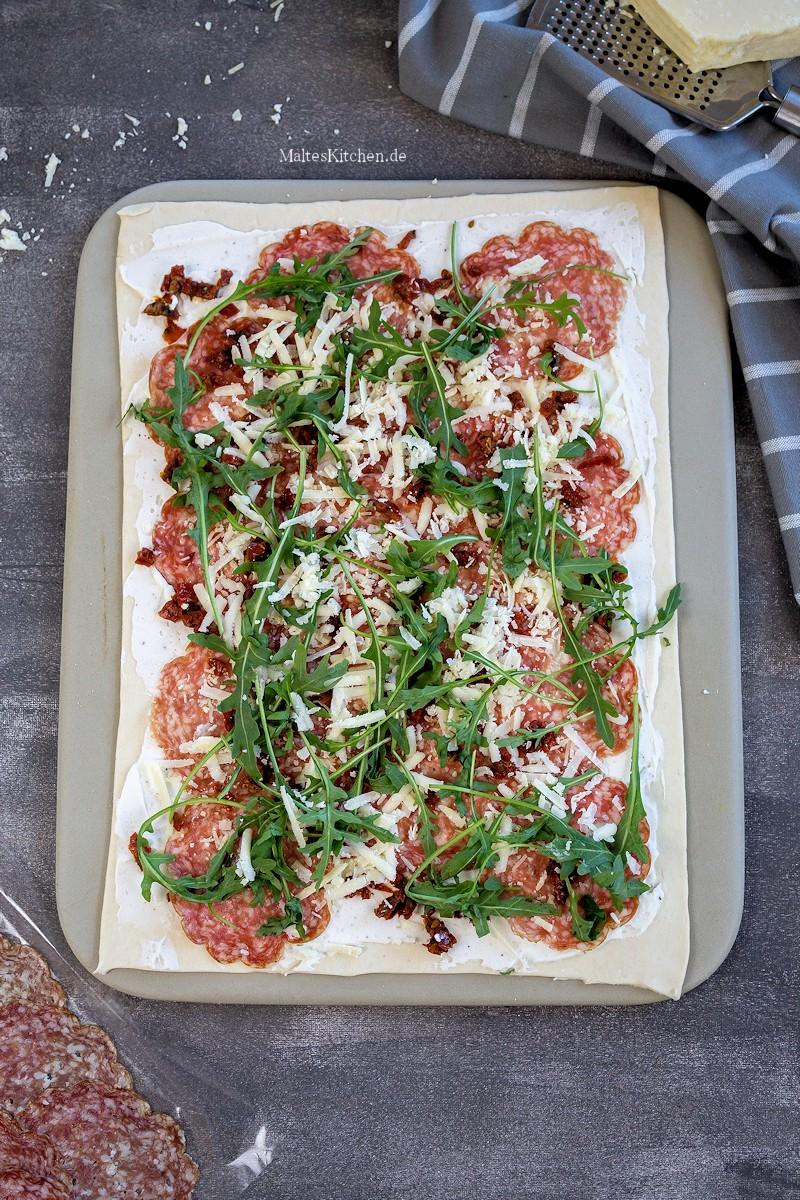 Blätterteig belegt mit Salami, Ricotta & Rucola