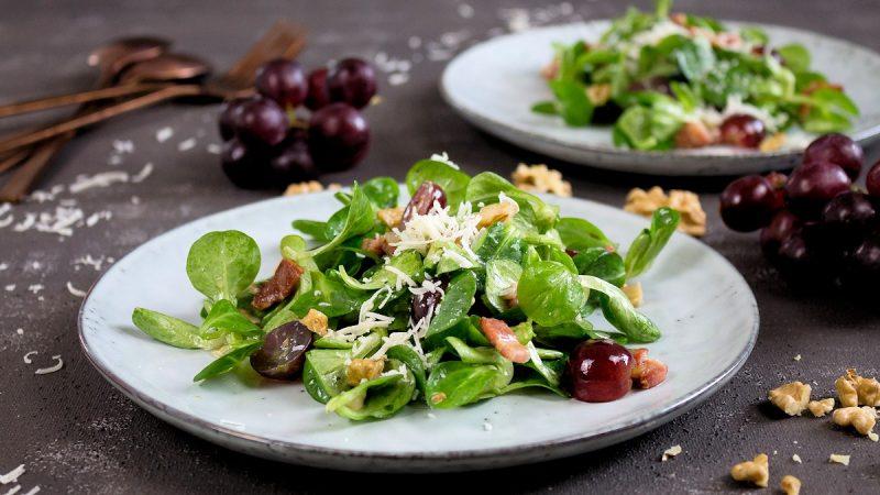 Rezept für einen Feldsalat mit einer Trauben-Speck-Vinaigrette