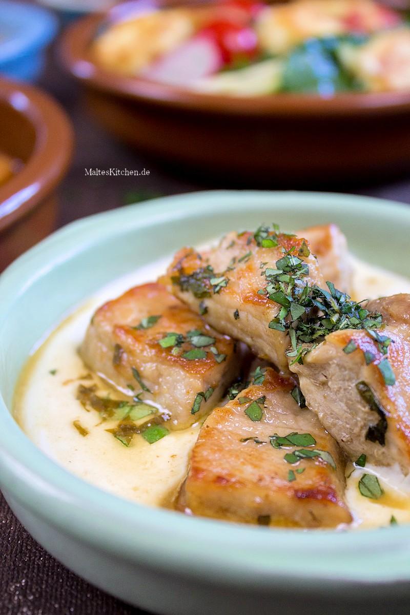 Leckeres Schweinefleisch mit Joghurt und Weißweinsud