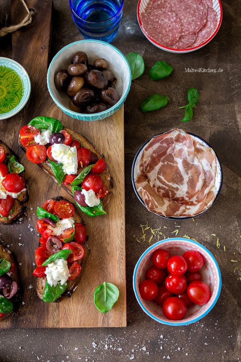 bruschetta mit frischen tomaten oliven mozzarella. Black Bedroom Furniture Sets. Home Design Ideas