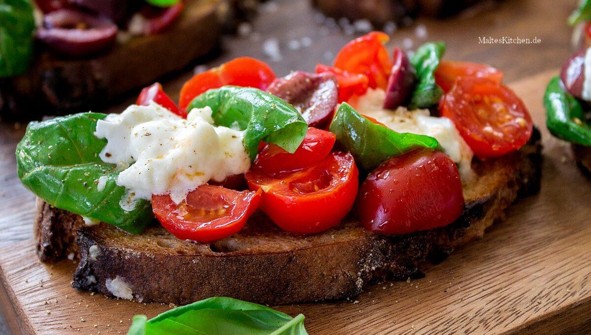 Rezept für Bruschetta mit frischen Tomaten. Oliven & Büffelmozzarella