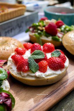 Bagel mit Frischkäse und Erdbeeren