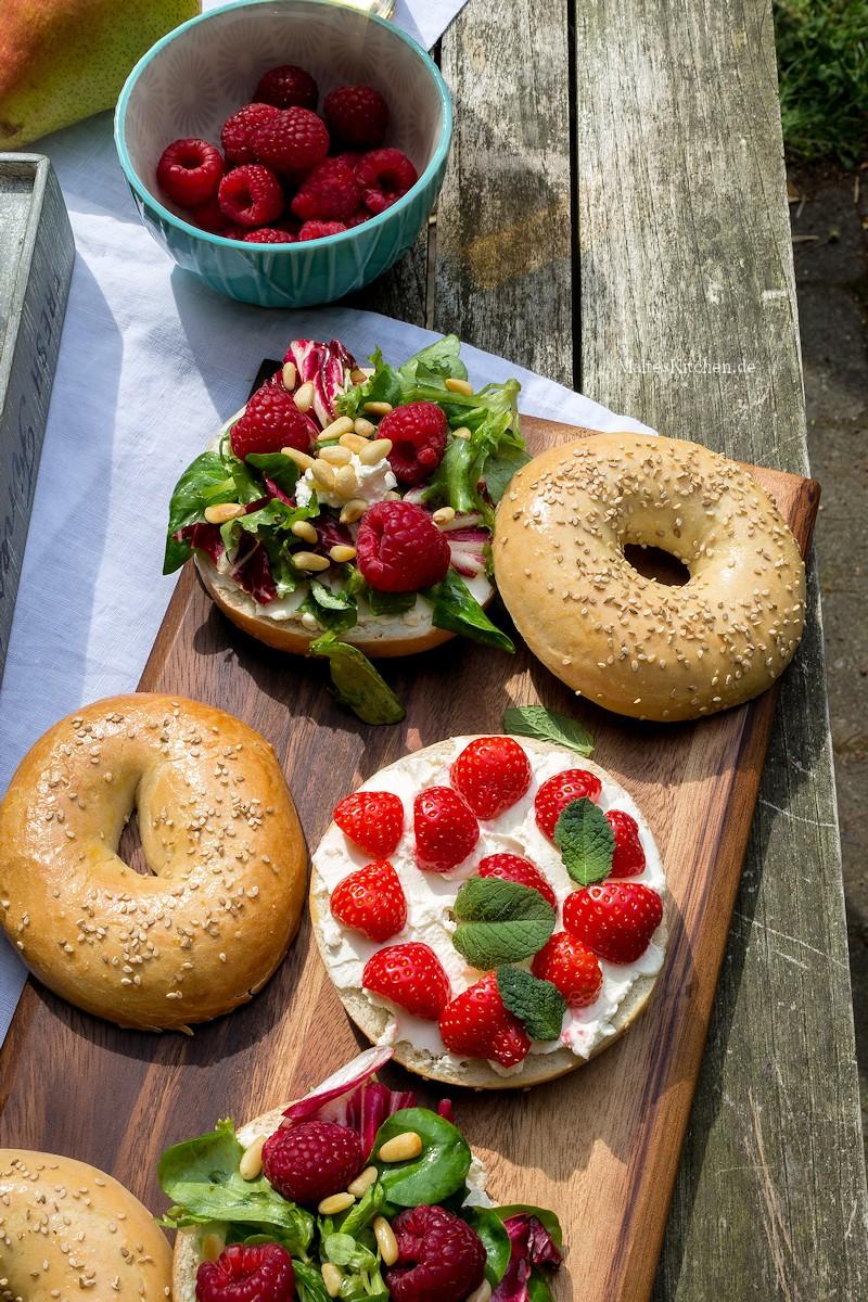 Bagels mit Ziegenfrischkäse, Himbeeren und Erdbeeren