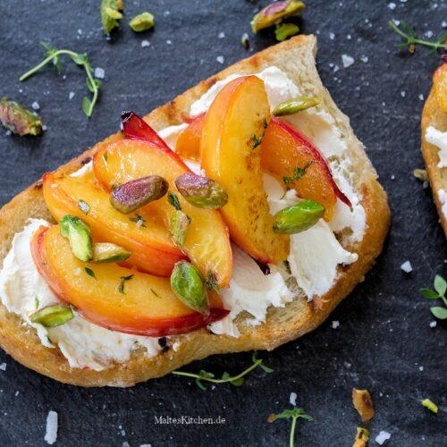 Rezept geröstetes Brot mit Ziegenfrischkäse, Nektarinen und Pistazien