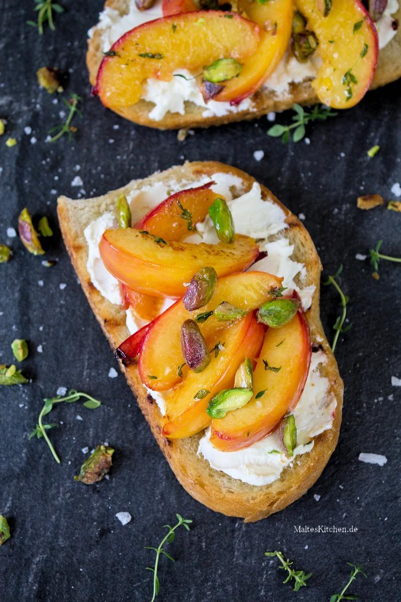 Geröstetes Brot mit Ziegenfrischkäse, Nektarinen & Tymian