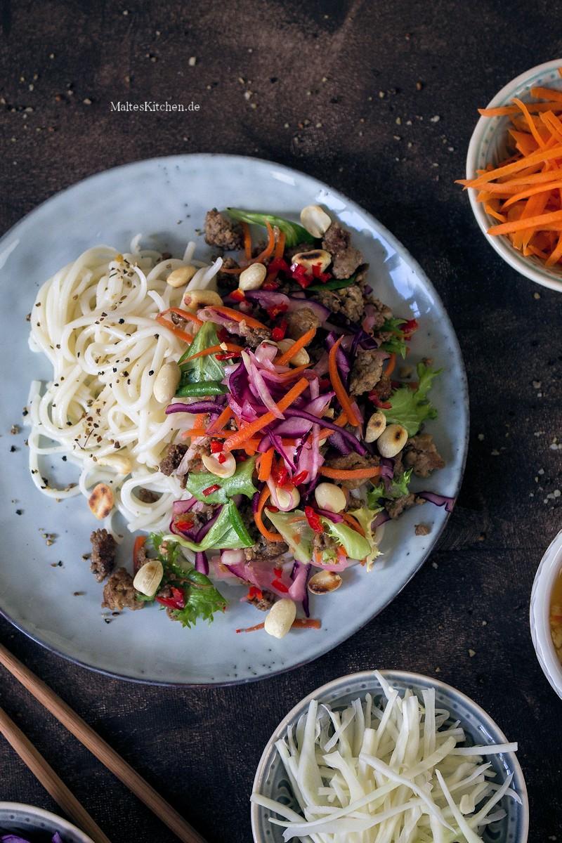 Gebratenes Hackfleisch mit Nudeln und Salat