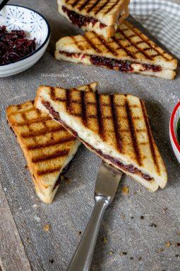 Süßes Chutney und zerlaufener Käse