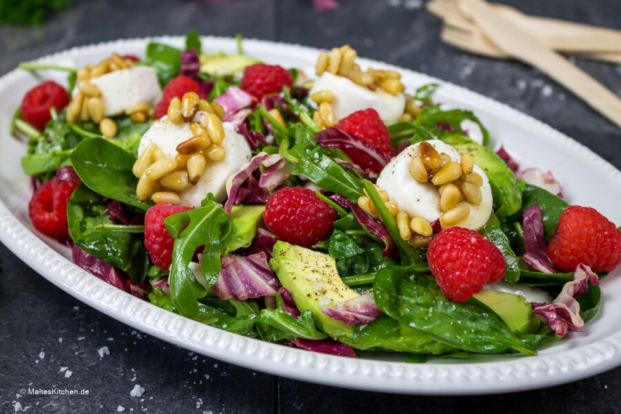 Rezept für einen Blattsalat mit Avocado, Ziegenfrischkäse und Himbeeren