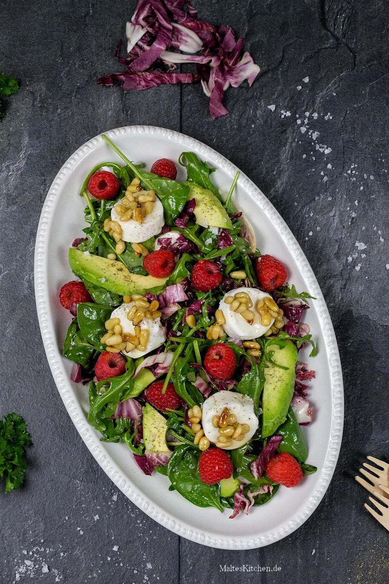 Gemischter Blattsalat mit Avocado und Ziegenfrischkäse