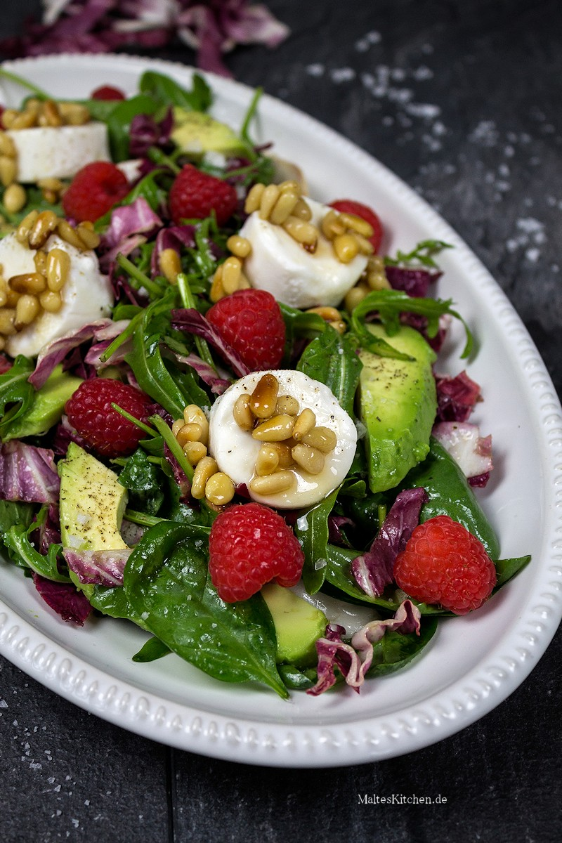 Sehr leckerer Salat mit Ziegenfrischkäse, Avocado und Himbeeren