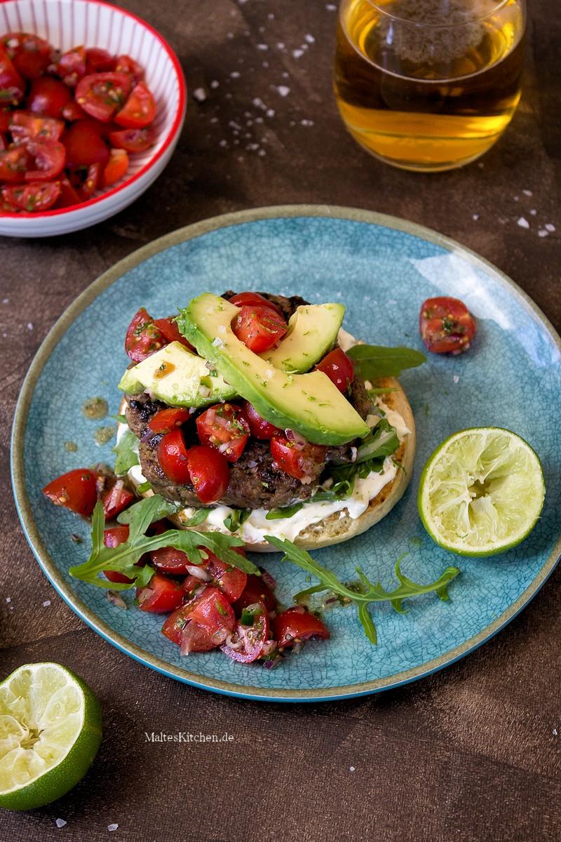 Burger mit Tomaten-Salsa und Avocado