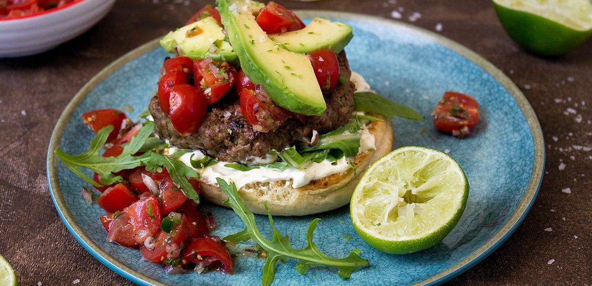Rezept für einen Burger mit Tomaten-Salsa & Avocado