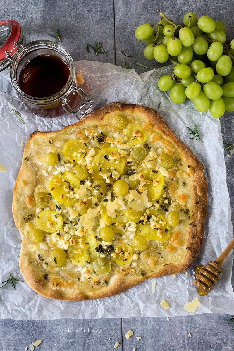 Knuspriger Flammkuchen mit Kartoffeln und Weintrauben