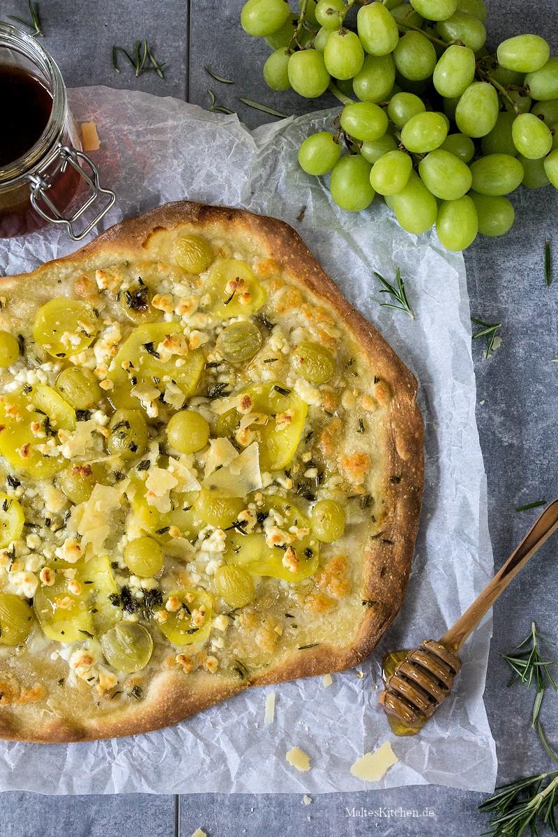 Leckerer Flammkuchen mit Kartoffeln, Rosmarin, Trauben