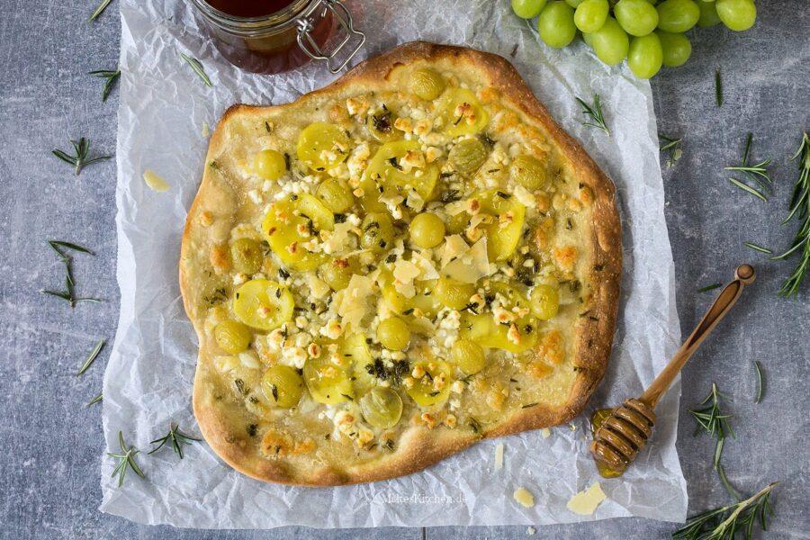 Flammkuchen mit Weintrauben und Kartoffeln