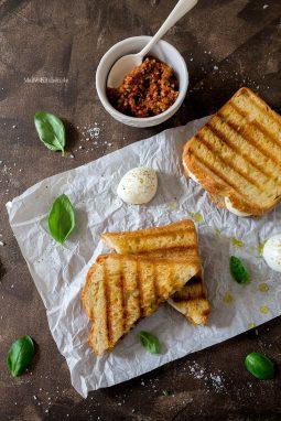 Gebuttertes Sandwich mit rotem Pesto