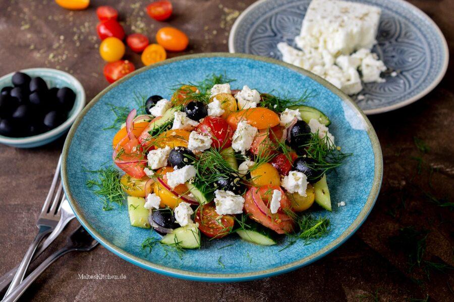 Schneller Tomatensalat mir Gurke, Oliven und Feta