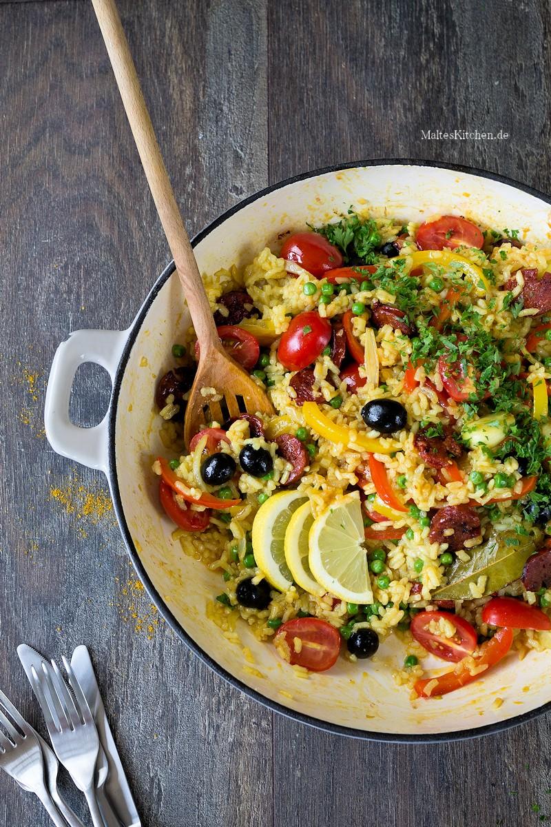 Paella mit Erbsen, Oliven und Chorizo