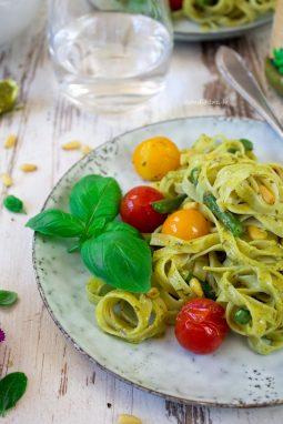 Tagliatelle, grüne Bohnen, veganes Pesto