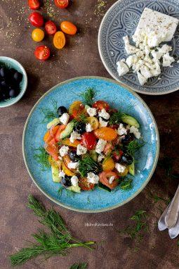 Sommerlicher Salat mit Tomaten, Gurke, Oliven und Feta