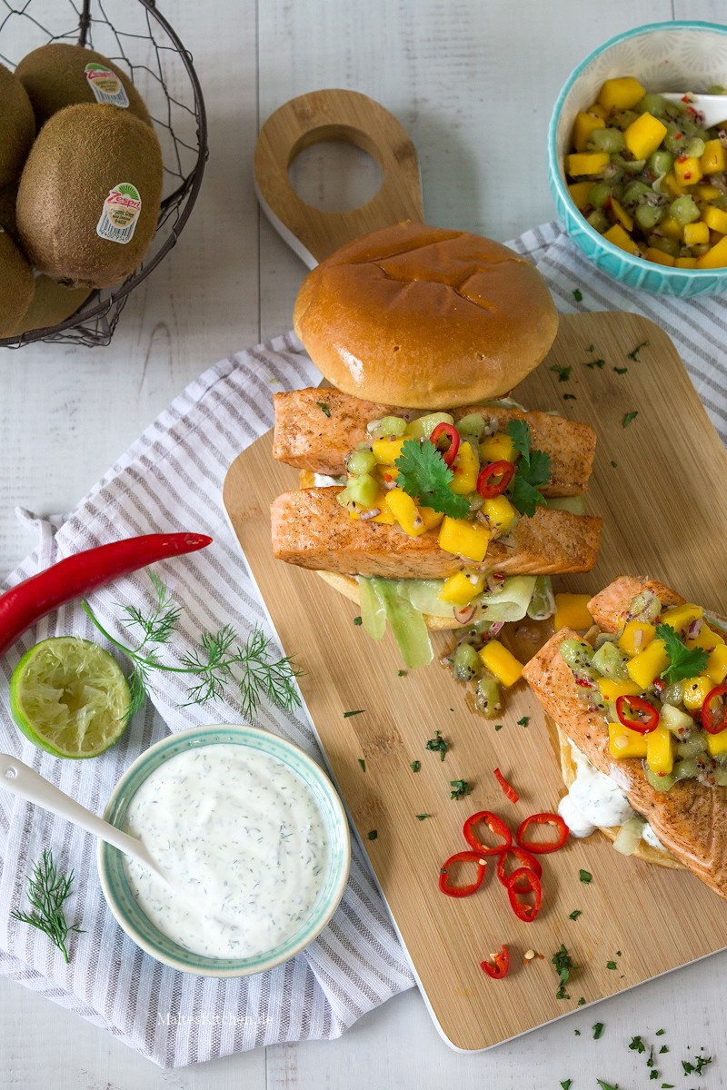 Lachs-Burger mit Kiwi-Mango-Salsa und Gurke
