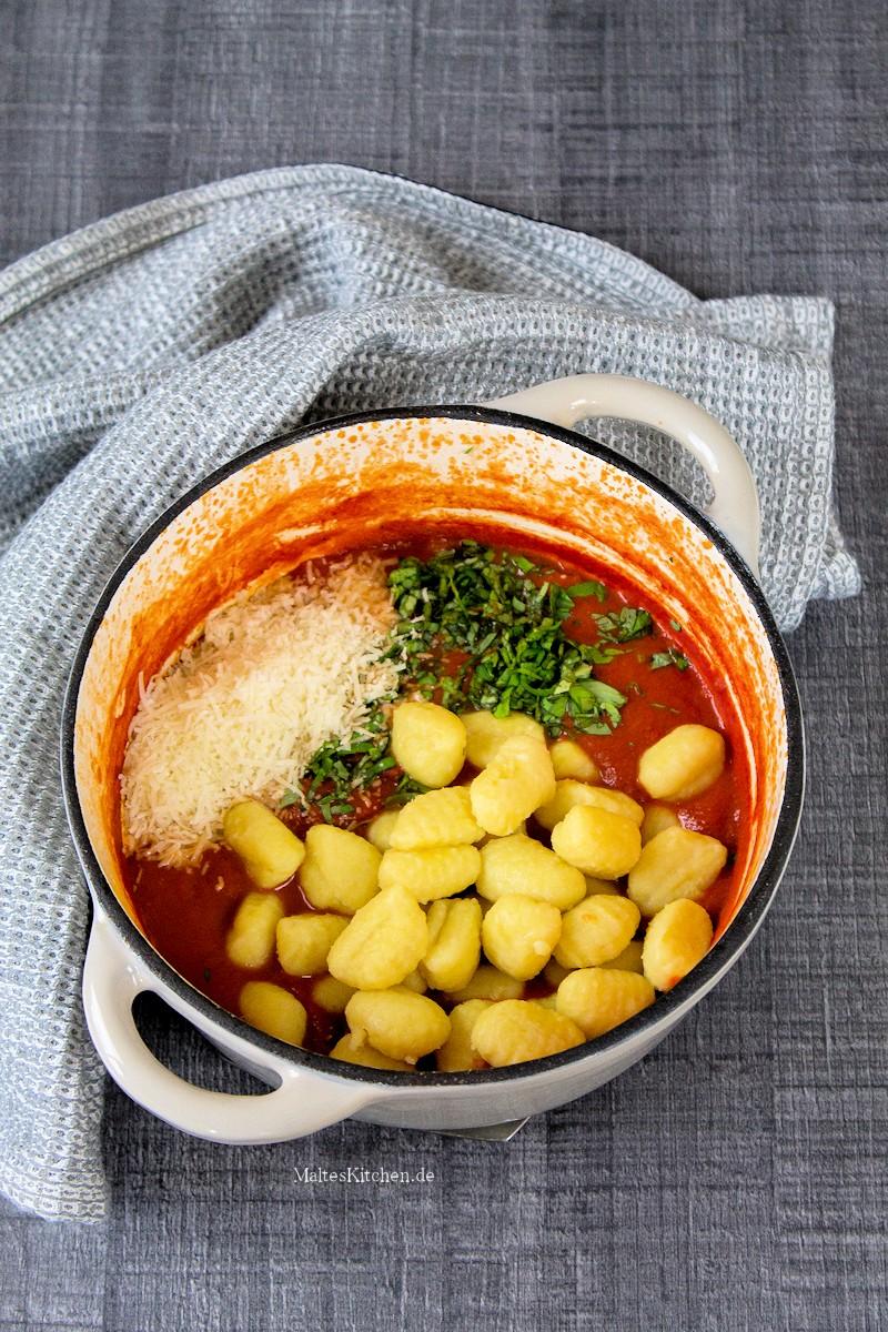 Die Gnocchi werden mit der Sauce vermischt