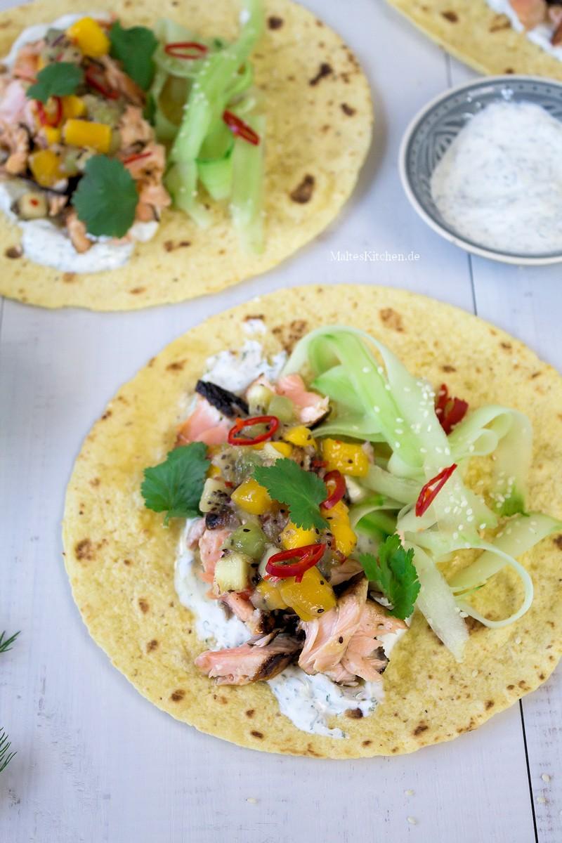 Mit Lachs und Kiwi-Salsa gefüllte Wraps