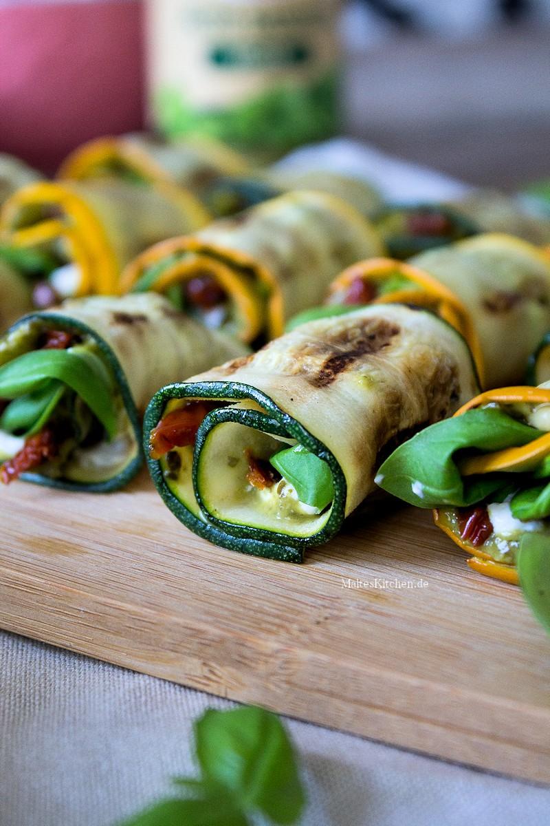 Gefüllte Zucchini mit Pesto und Tomaten