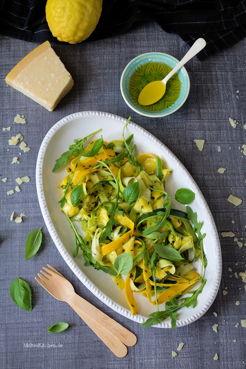 Salat mit Zucchini, Minze und Basilikum