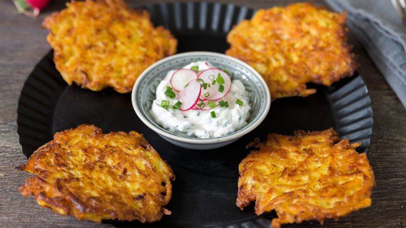 Rezept für Kartoffel-Kürbis-Puffer mit Schnittlauch-Dip