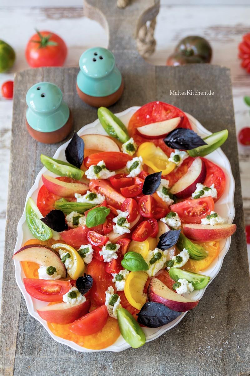 Reife Tomaten und saftige Nektarinen im Salat