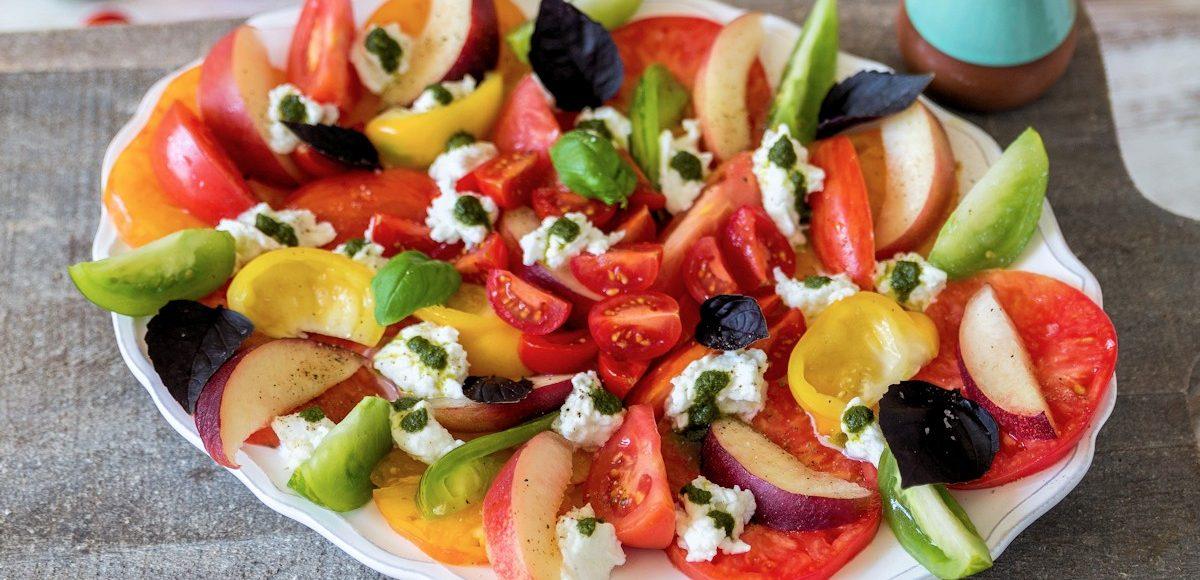 Rezept für einen Tomatensalat mit Nektarinen und Mozzarella