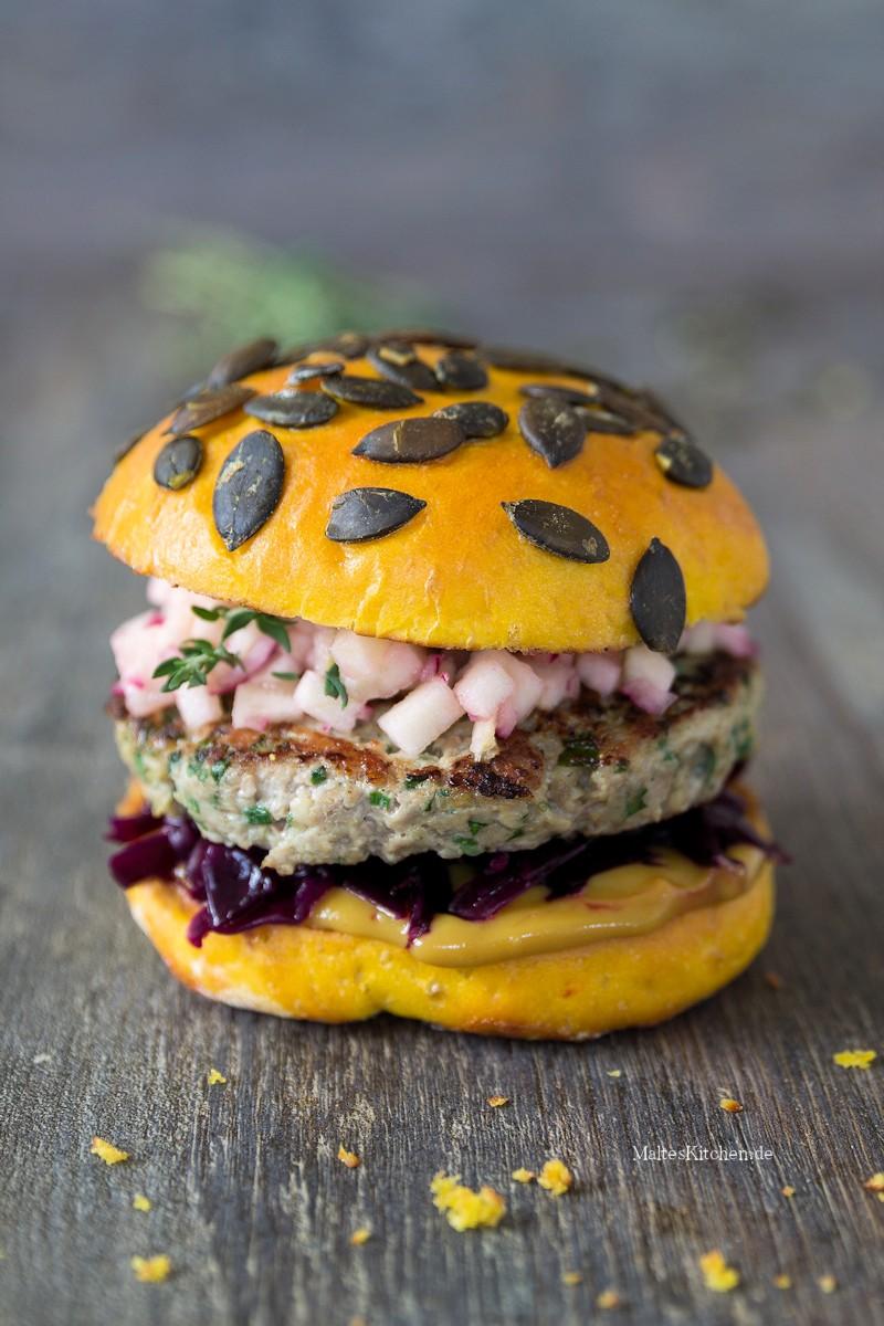 Herbst-Burger mit Kürbis-Buns und Rotkohl