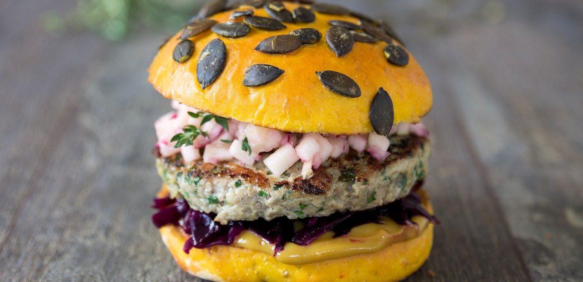 Rezept für einen Herbstburger mit Schweinefleisch, Rotkohl und Kürbis-Bun