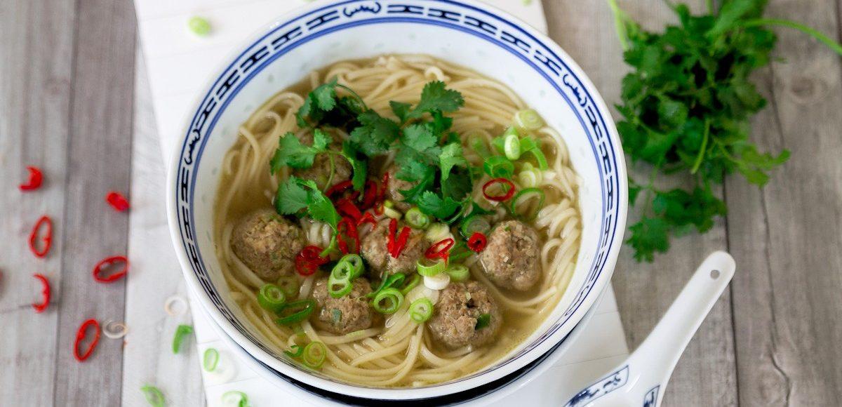 Rezept für eine asiatische Nudelsuppe mit Hackbällchen