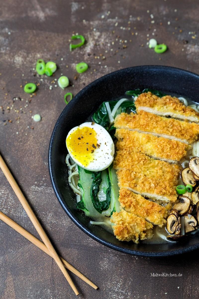 Hühnersuppe mit Udonnudeln und Schnitzel