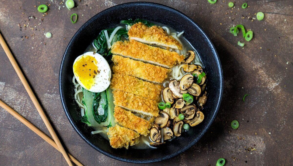 Rezept für eine Udon-Nudelsuppe mit krossem Hähnchen