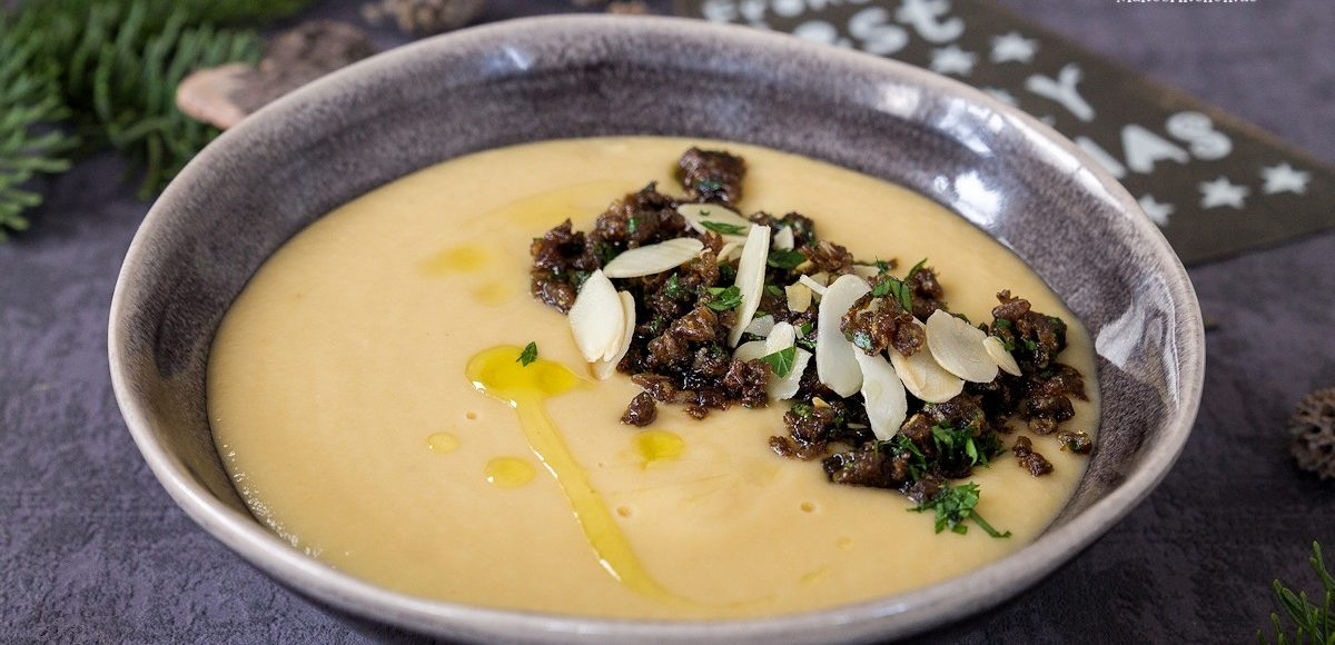 Rezept für eine cremige Pastinaken-Mandel-Suppe mit Pumpernickel-Brösel