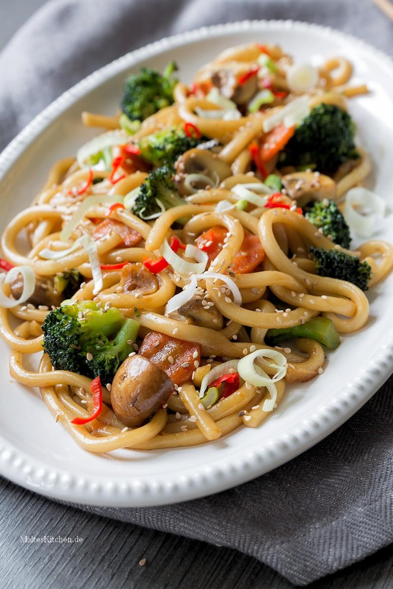 Udon Nudeln mit Gemüse aus dem Wok