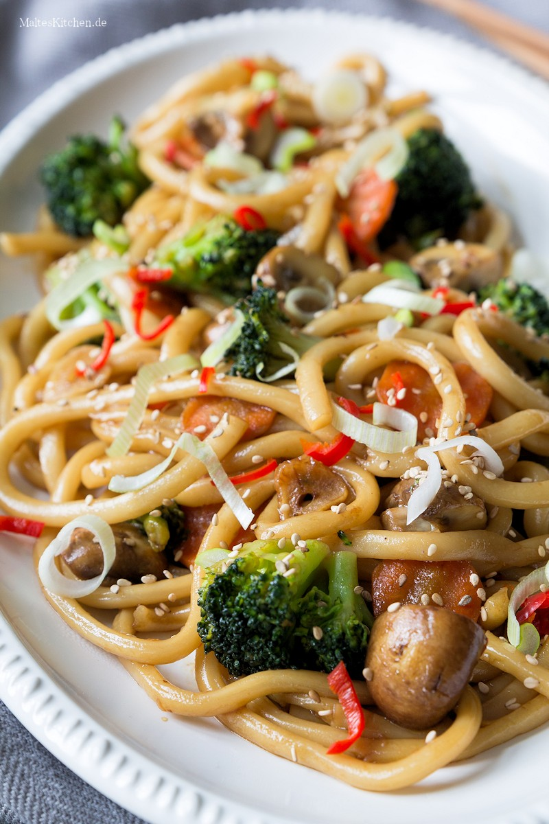 Würzige Udon Nudeln mit Gemüse