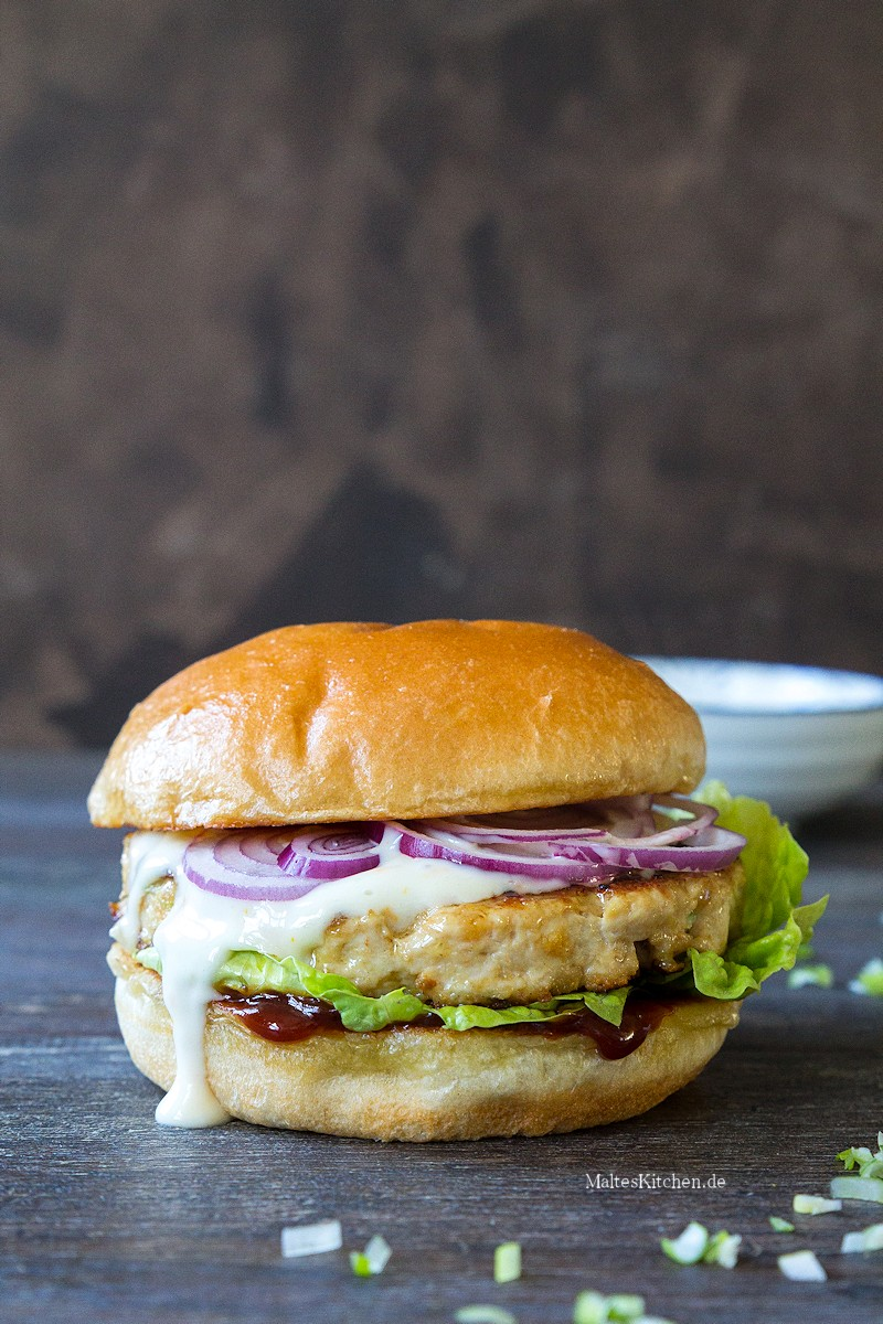 Chickeburger mit Orangen-Mayo und Wasabi-Ketchup