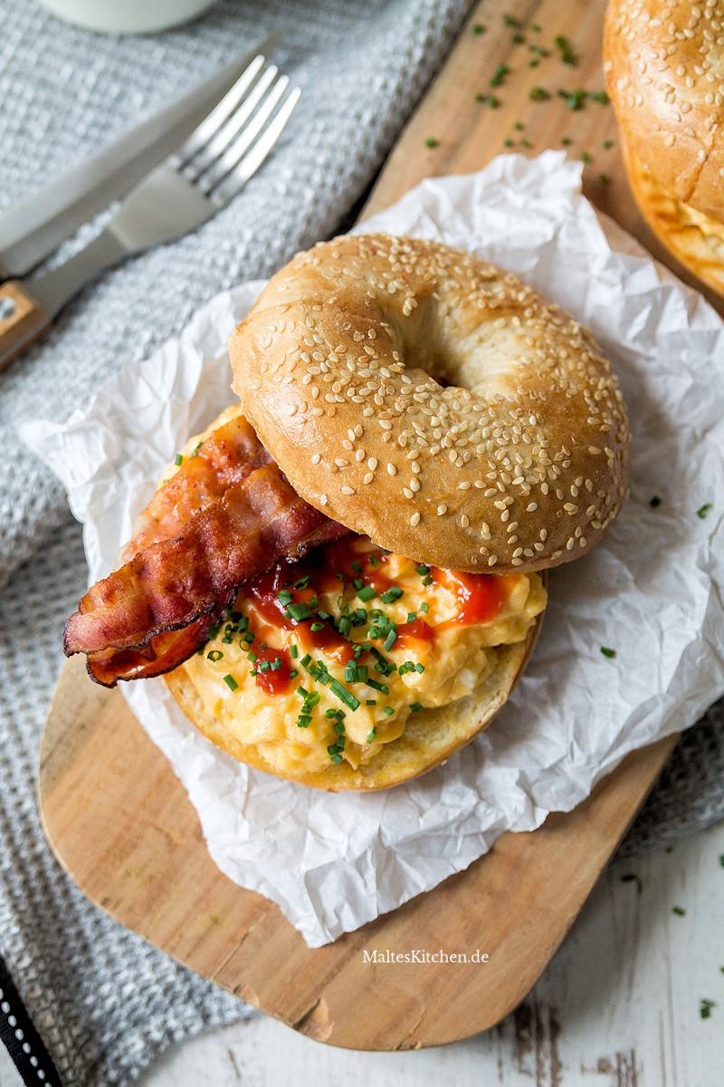 Bagel, Bacon, Rührei und Ketchup