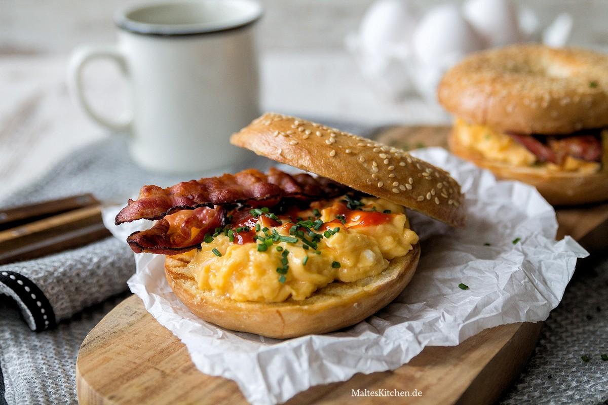 Rezept für Bagel mit Rührei, Bacon & Sriracha-Ketchup