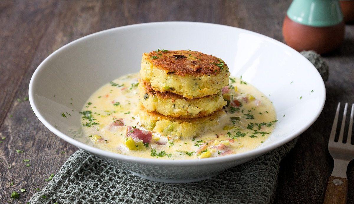 Kartoffel-Feta-Taler mit Schinken-Lauch-Ragout