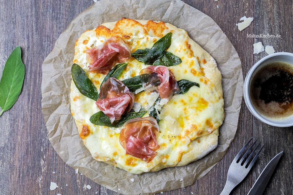 Rezept für eine Pizza Bianco mit Salbei und Coppa