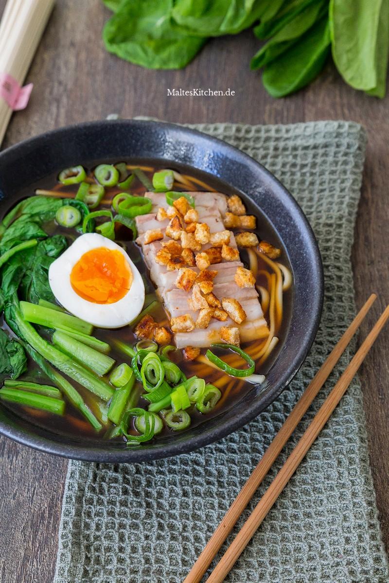 Shoyu-Ramen mit Schweinebauch und Ei